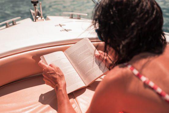 Frau im Sommer liest ein Buch